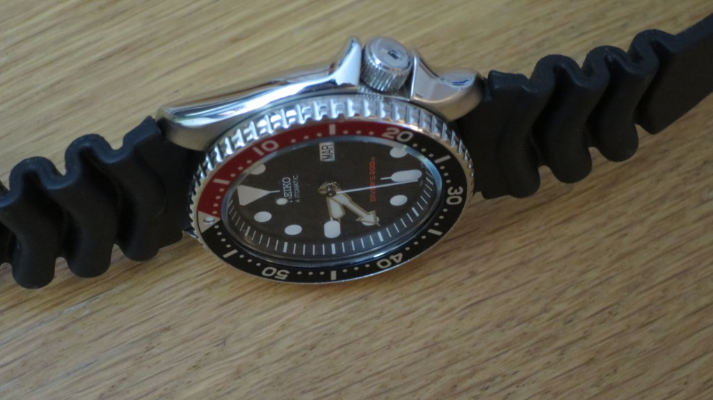 Seiko-pepsi-diver-SKX009-watch-on-side