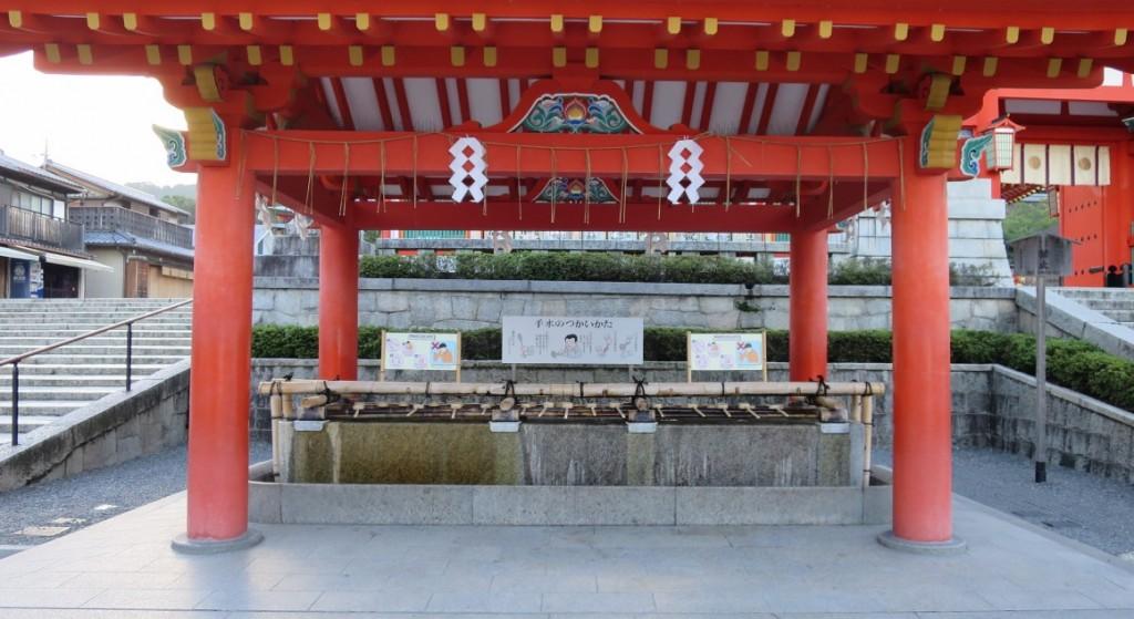 Fushimi-Inari-Taisha-cleansing