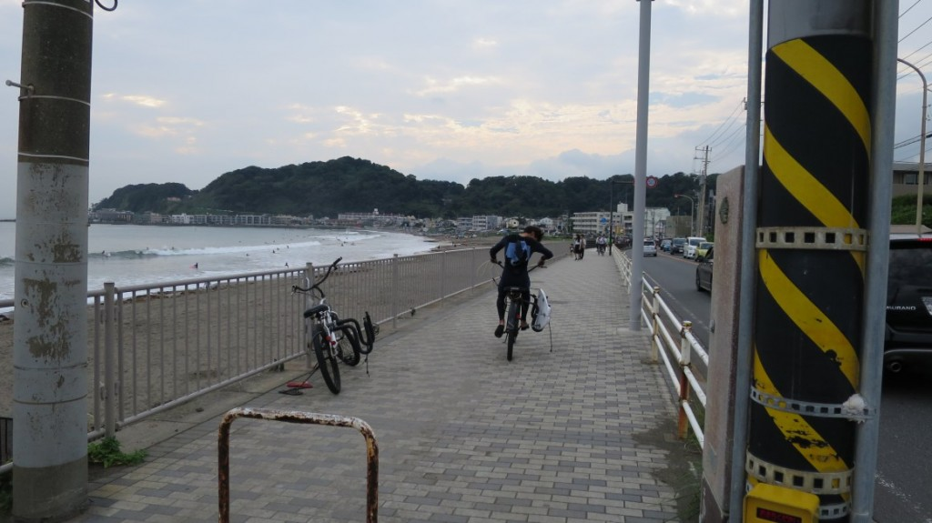 kamakura-beach-biker-surfer