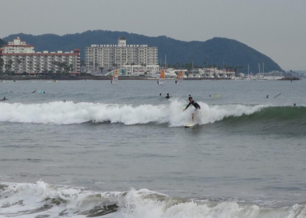 kamakura-beach-surfer-cutback