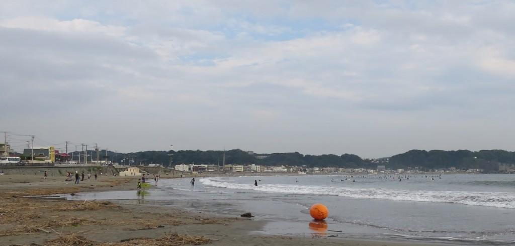 kamakura-beach-surfers
