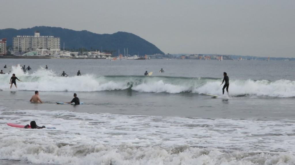 kamakura-beach-surfers-standing
