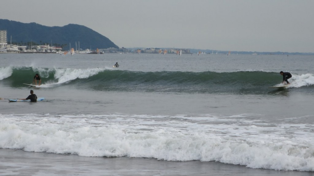 kamakura-beach-surfers-standingup